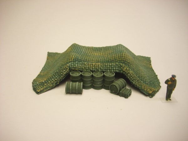 1:72 CAMO NET COVERED OIL DRUM PILE