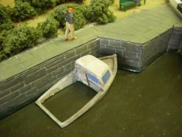 1:76 HALF SUBMERGED BOAT