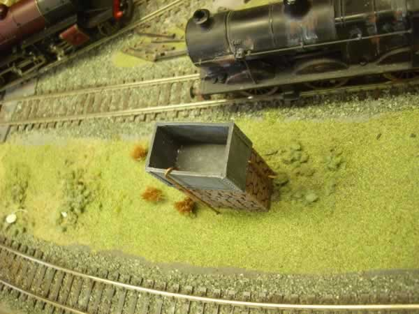 1:76 SMALL WATER TANK ON PLINTH