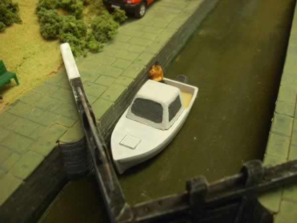 1:76 CABIN CRUISER WITH OUTBOARD